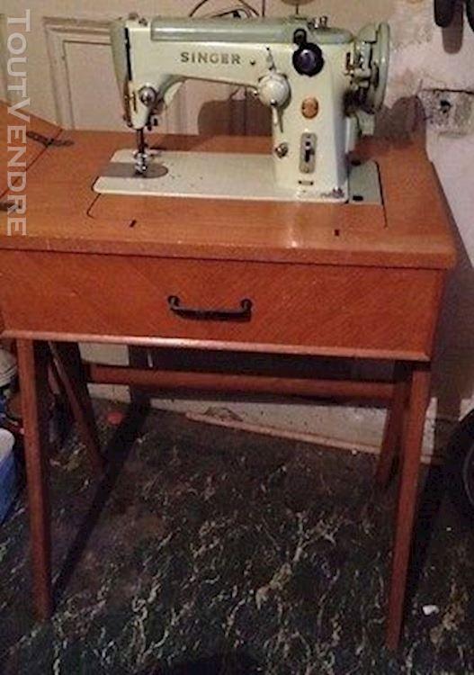 Vieille machine à coudre singer avec meuble